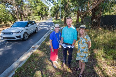Councillor Dixon, Shire's Project Manager Aidan Gallagher and  Mayor O'Connor at Bentons Road in Moorooduc.jpg