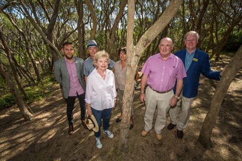 Moonah Woodlands - Councillors and Conservation Group members.jpg